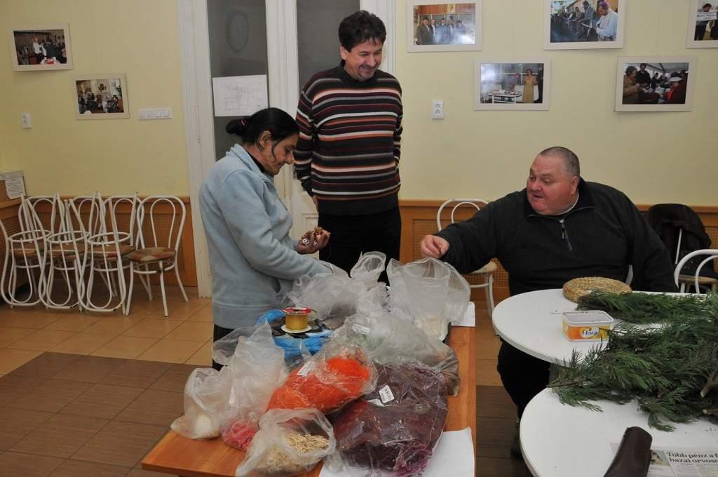 Adventi koszorúkat készítettek a Wojtyla Ház családja