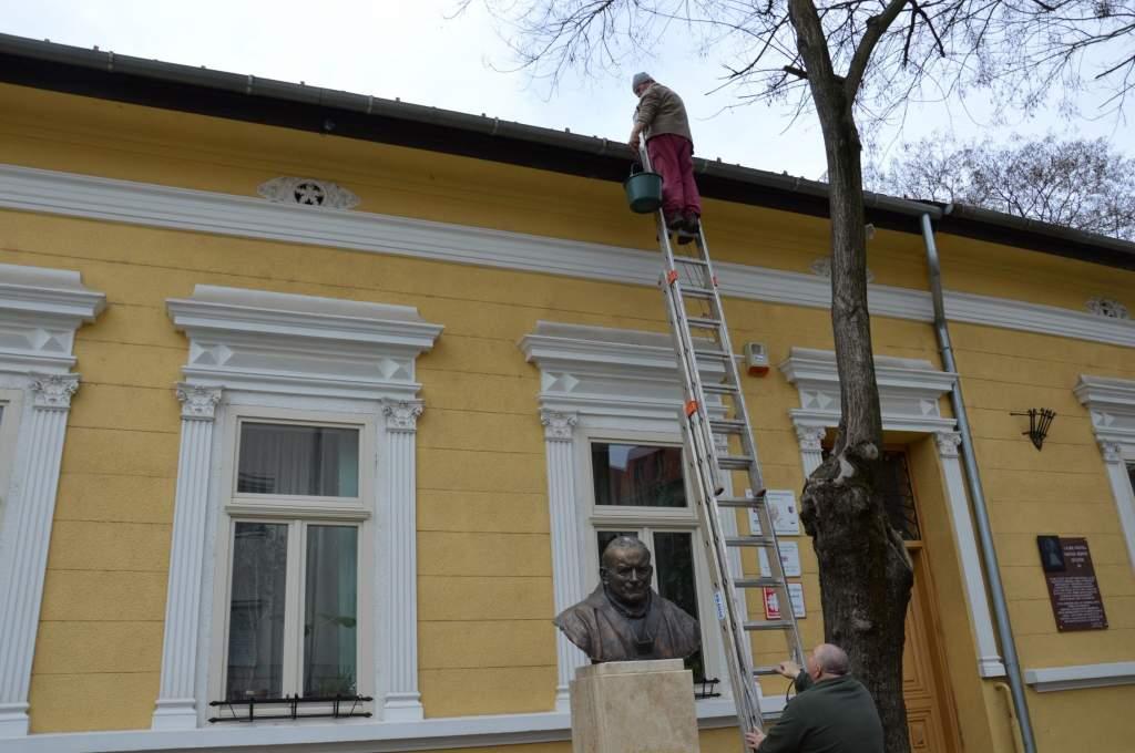 Ereszcsatornát tisztítottak a Wojtyla Ház gondozottai