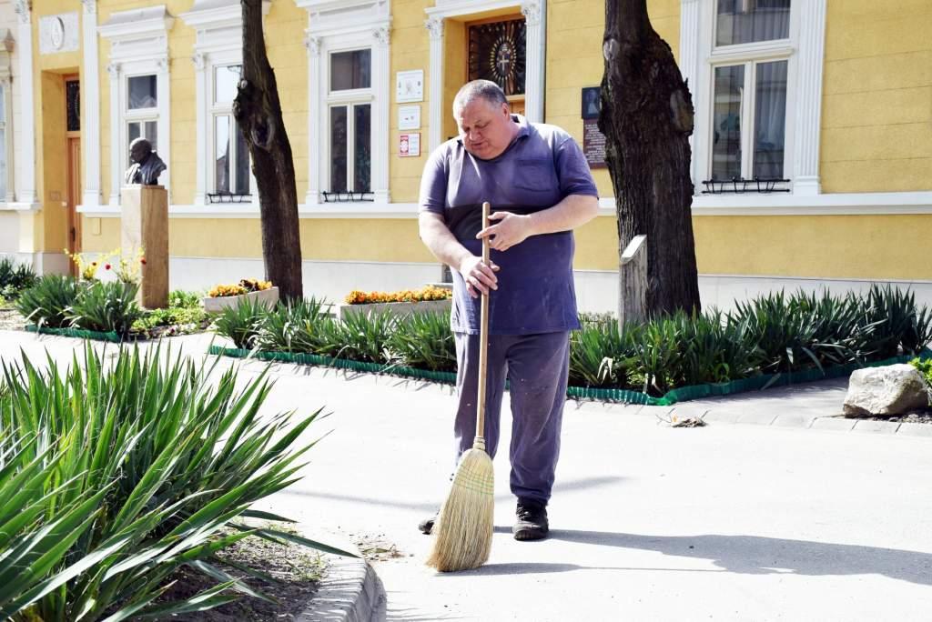 Wojtylások teszik rendbe a népkonyha környékének köztéri kertjeit