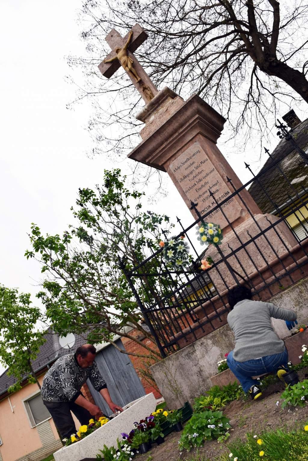 Wojtylások ültettek virágokat két kecskeméti Krisztus-kereszt mellett