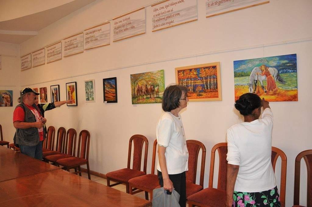 Viski Ilona amatőr festő kiállítását nézte meg a Wojtyla család