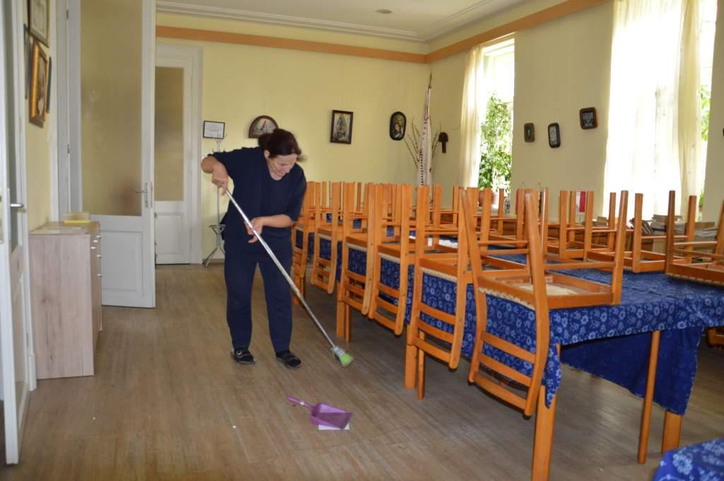 Önkéntes gondozottak takarítottak a Wojtyla Házban