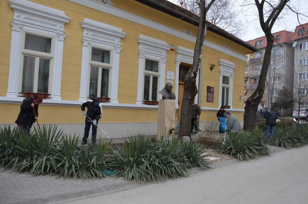 Tavasz előtti nagytakarítás a Wojtyla Ház körül