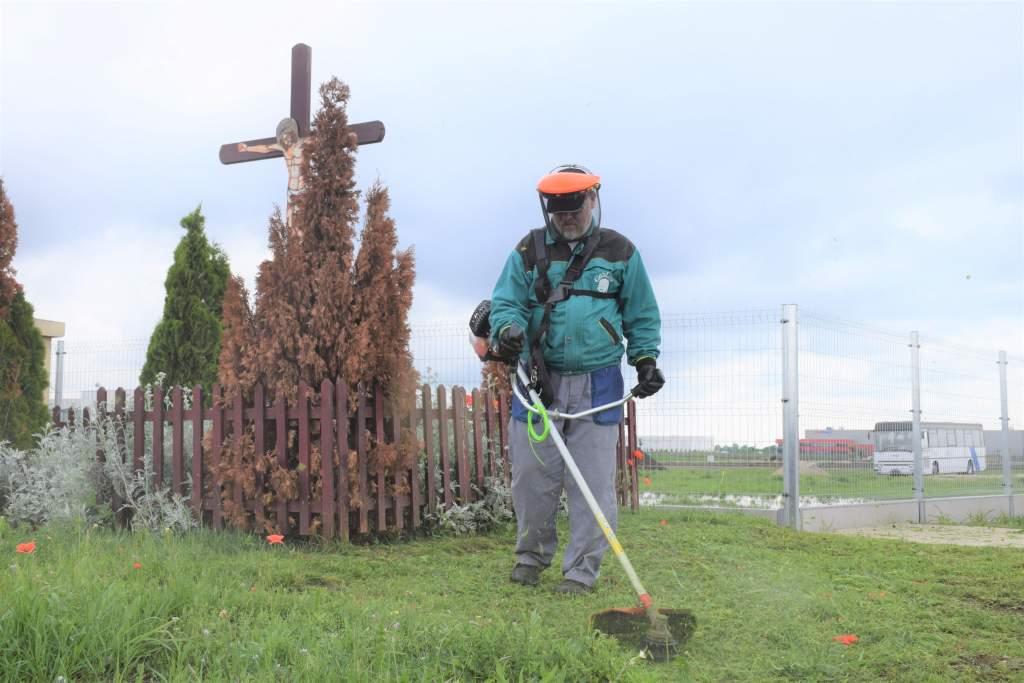 A Tormási-keresztnél füvet nyírt a Wojtyla család lelkes tagja