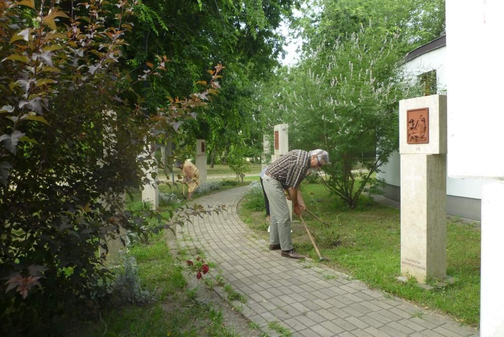 A Porta Egyesület önkéntesei kertészkedtek a műkerti templomnál