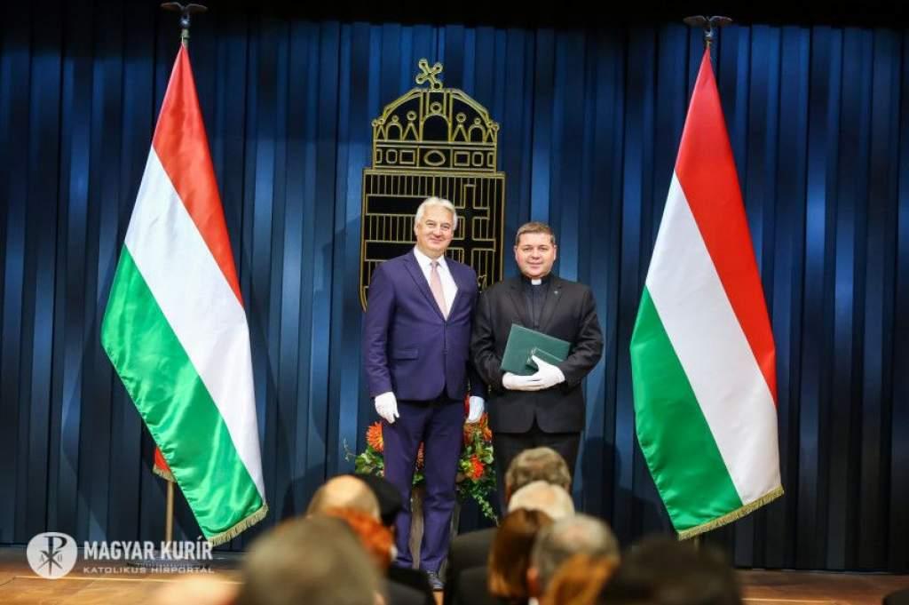 Magyar Érdemrend tisztikeresztje kitüntetést kapott Tóth Tamás pápai káplán