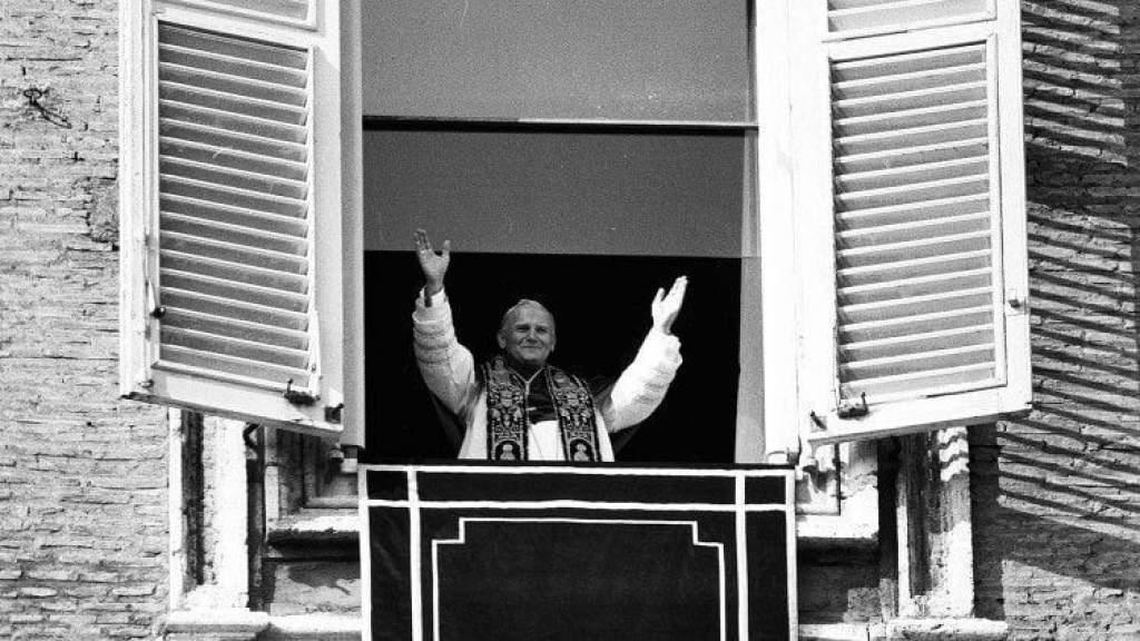 Az emberi fájdalom és a remény kapuja a kereszt – Szent II. János Pál pápa üzenete ma is erőt ad
