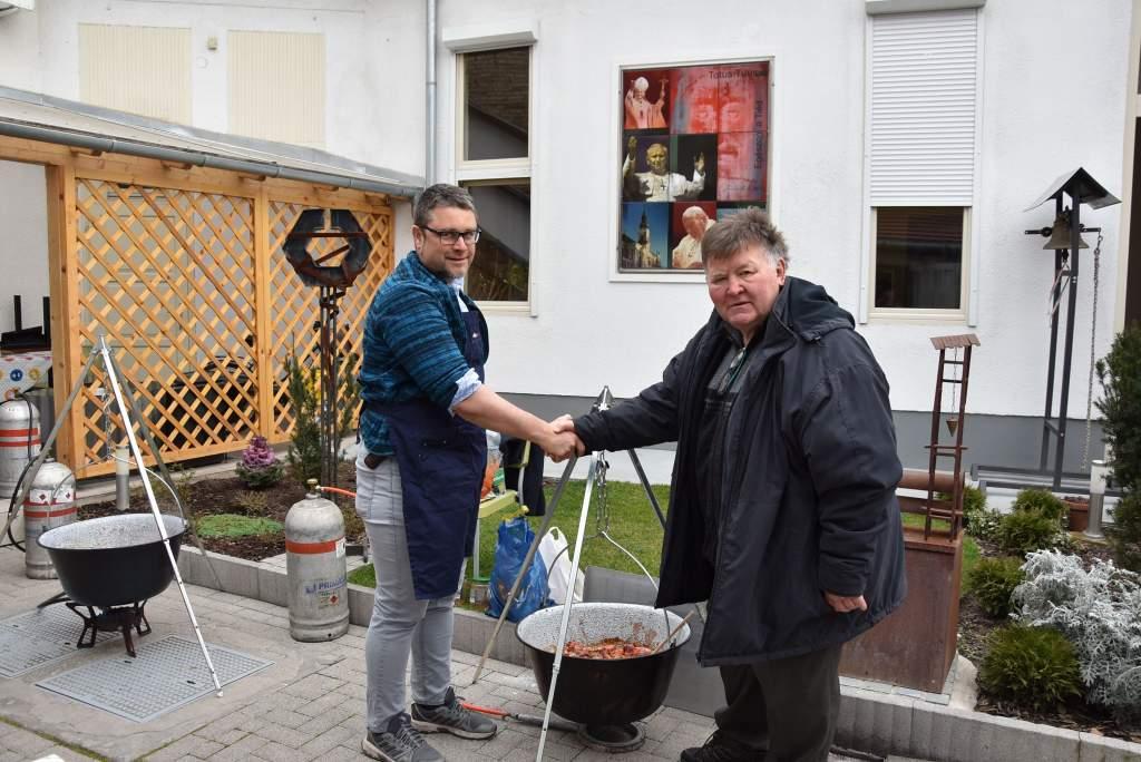 Ballószög polgármestere és családja étkeztette a Wojtyla Ház szegényeit