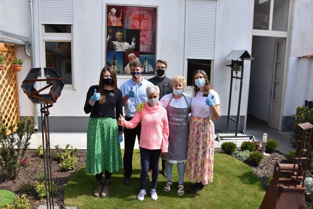 Tőzsér Judit és családja étkeztette a Wojtyla Ház szegényeit