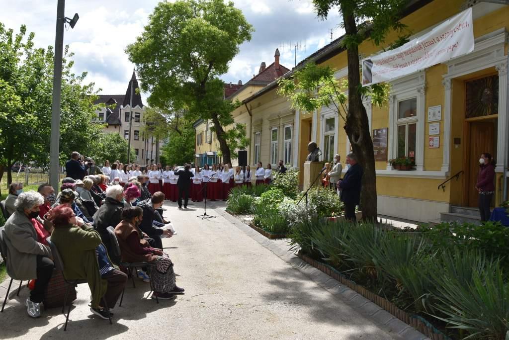 101 éve született Karol Wojtyla – Ünnepséget rendeztek a Wojtyla Ház előtt