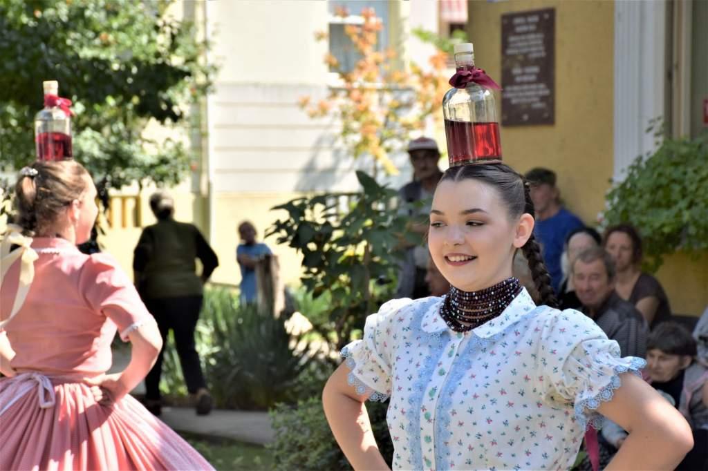 A Kecskemét Táncegyüttes táncosai ropták a Wojtyla Barátság Központ előtt