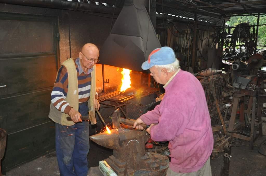 A kitüntett kecskeméti díszkovács készíti  a ladánybenei Szent Mihály emlékhely rácsát