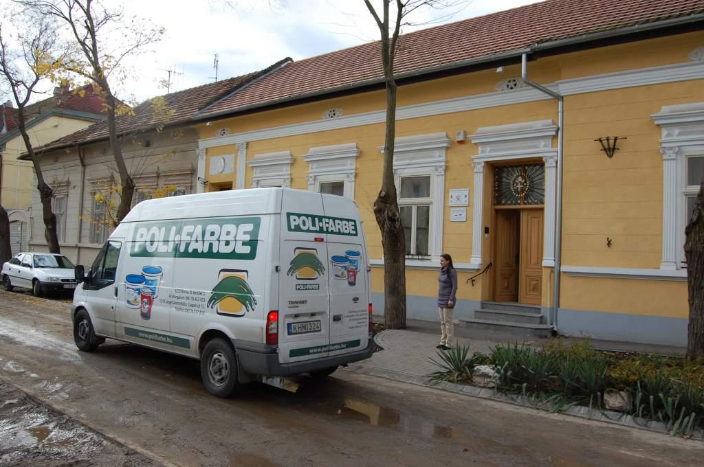 A Szociális Munka Napján a Poli-Farbe festékgyár igazgatója, Szabó Antal, illetve barátai vendégelték meg a Wojtyla Ház lakóit