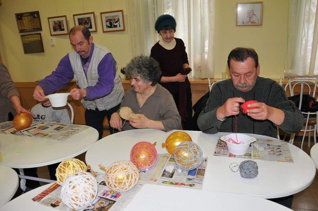 Fonal gömbök készültek a kézműves foglalkozáson
